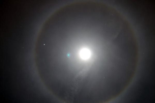幻月现象经常会出现在月亮的同一高度