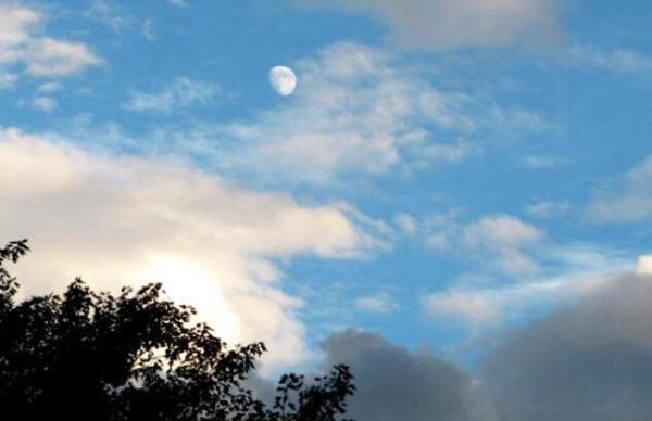 月球上面大气相当稀薄和地球大气层截然不同
