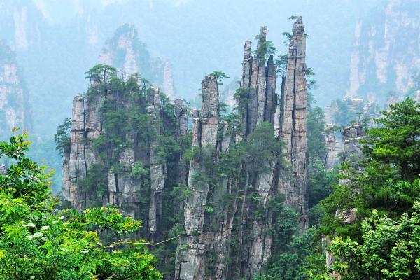张家界地貌主要是以塔柱状的林峰为特点